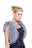 Nette blonde Frau, die ein purpurrotes Kleid eine Pelzweste trägt Lizenzfreies Stockfoto