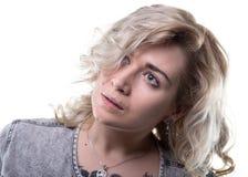 Nette blonde Frau, die oben schaut Lizenzfreie Stockfotografie