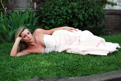 Nette blonde Frau - horizontal Lizenzfreies Stockfoto