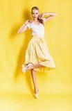 Nette blonde Frau im gelben Rock Stockbilder