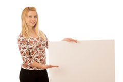Nette blonde Frau mit der leeren weißen Fahne lokalisiert über weißem Ba Lizenzfreies Stockfoto