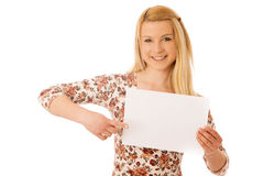 Nette blonde Frau mit der leeren weißen Fahne lokalisiert über weißem BAC Lizenzfreie Stockfotografie