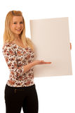 Nette blonde Frau mit der leeren weißen Fahne lokalisiert über weißem BAC Stockfoto