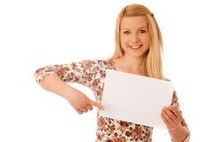 Nette blonde Frau mit der leeren weißen Fahne lokalisiert über weißem BAC Stockfotos