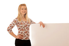 Nette blonde Frau mit der leeren weißen Fahne lokalisiert über weißem BAC Stockfotografie