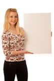 Nette blonde Frau mit der leeren weißen Fahne lokalisiert über weißem BAC Lizenzfreie Stockbilder
