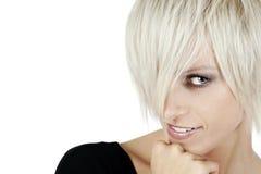 Nette blonde Frau mit einer modischen Frisur Stockbilder