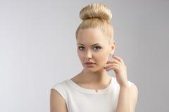 Nette blonde Frau mit Frisur Stockbild