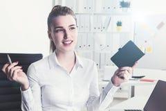 Nette blonde Frau mit Notizbuch Stockbild
