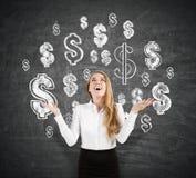 Nette blonde Geschäftsfrau nahe Tafel mit Dollarzeichen Lizenzfreie Stockbilder
