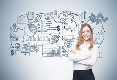 Nette blonde Geschäftsfrau und ihr Entwurf Stockfoto