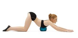 Nette blonde Gymnastlage mit der Kugel getrennt Lizenzfreie Stockfotografie