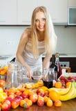 Nette blonde Hausfrau, die alkoholisches Cocktail macht Lizenzfreies Stockbild