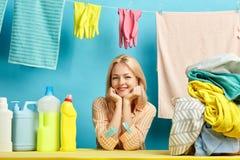 Nette blonde Hausgehilfin freut sich am guten qualifizierten Reinigungsmittel stockfoto