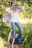 Nette blonde junge Frau, wenn Sie draußen aufwerfen Lizenzfreie Stockfotografie