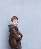 Nette blonde Jungenaufstellung Lizenzfreies Stockfoto