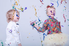 Nette blonde Kinder in einem weißen Studio Lizenzfreies Stockbild