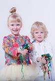 Nette blonde Kinder in einem weißen Studio Stockbilder