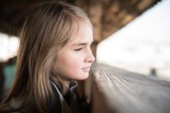 Nette blonde Mädchenaufstellung Stockfotos