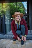 Nette blonde Mädchenfestlegungsspitzee auf Schuh Lizenzfreies Stockfoto