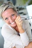 Nette blonde reife Frau Lizenzfreie Stockbilder