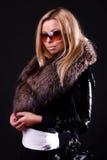 Nette blonde tragende Sonnenbrillen Lizenzfreie Stockfotografie