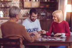 Nette blonde weibliche Ausgabenzeit mit Vergnügen stockbild