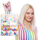 Nette Blondine demonstriert das Paket Stockfotos