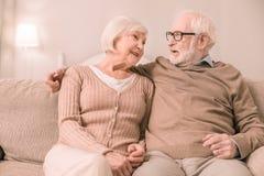 Nette Blondine, die auf ihrem Ehemann sich lehnen lizenzfreies stockbild