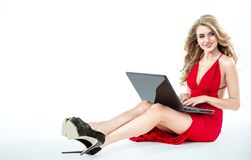 Nette Blondine, die ein Notizbuch verwendet Lizenzfreie Stockfotos