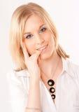 Nette Blondine, die ihren Nagel beißt Stockfoto