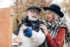Nette Blondine, die mit ihrem Partner sprechen lizenzfreie stockbilder
