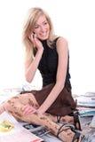 Nette Blondine mit Mobile Lizenzfreies Stockbild