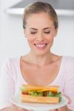 Nette Blondine mit Sandwich Lizenzfreies Stockfoto