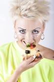 Nette Blondine mit ursprünglichem Make-up in einer hellgrünen Bluse EA Stockbild