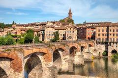 Nette Brücke, die zu die Kathedrale in Albi Frankreich führt stockbild