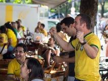 Nette Brasilien-Fans, die Sieg am Weltcup-Fußballspiel an einer Stange feiern Stockbild