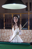 Nette Braut, die Billiard spielt stockbilder