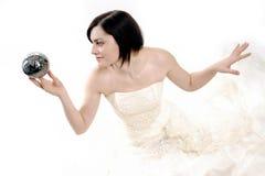 Nette Braut, die eine magische silberne Kugel anhält lizenzfreie stockbilder