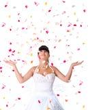 Nette Braut wirft rosafarbene Blumenblätter Lizenzfreies Stockbild