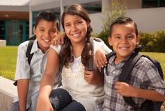 Nette Brüder und Schwester betriebsbereit zur Schule Stockbild