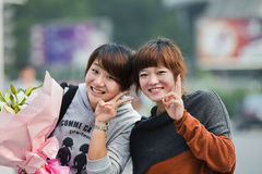 Nette chinesische Mädchen mit Blumen, Guangzhou, China Lizenzfreies Stockfoto