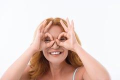 Nette Dame, die okayzeichen zeigt stockfotos
