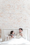 Nette deprimierte Paare, die unter der Decke liegen Lizenzfreies Stockbild