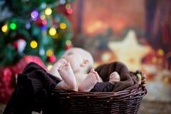 Nette drei Monate alte Baby mit Bärnhut in einem Korb, schlafend Lizenzfreie Stockbilder