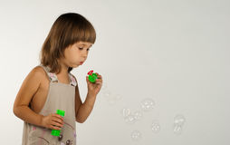 Nette durchbrennenseifenluftblasen des kleinen Mädchens Stockbilder