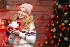 Nette eingewickelte rote Geschenkbox der jungen Frau Holding Stockbilder