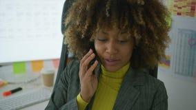 Nette elegante Arbeitskraft, die am Telefon spricht stock video