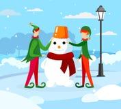 Nette Elfen Santa Claus Helper Making Funny Snowman stock abbildung
