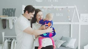 Nette Eltern, die sich zu Hause mit Baby verständigen stock video footage
